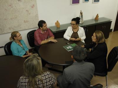 imagem mostra reunião entre parceiros