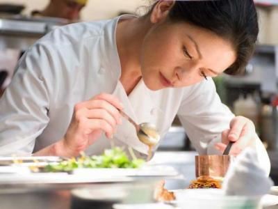 estudante de gastronomia cozinha