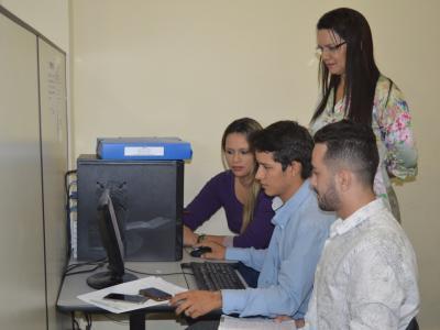 Imagem mostra alunos no Núcleo de Práticas Jurídicas da Instituição
