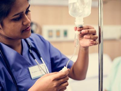 Imagem mostra enfermeira preparando soro