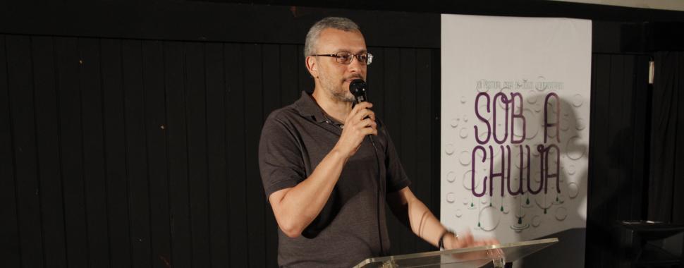 imagem mostra palestrante na abertura do  Osga