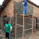 Uma pessoa construindo uma casa